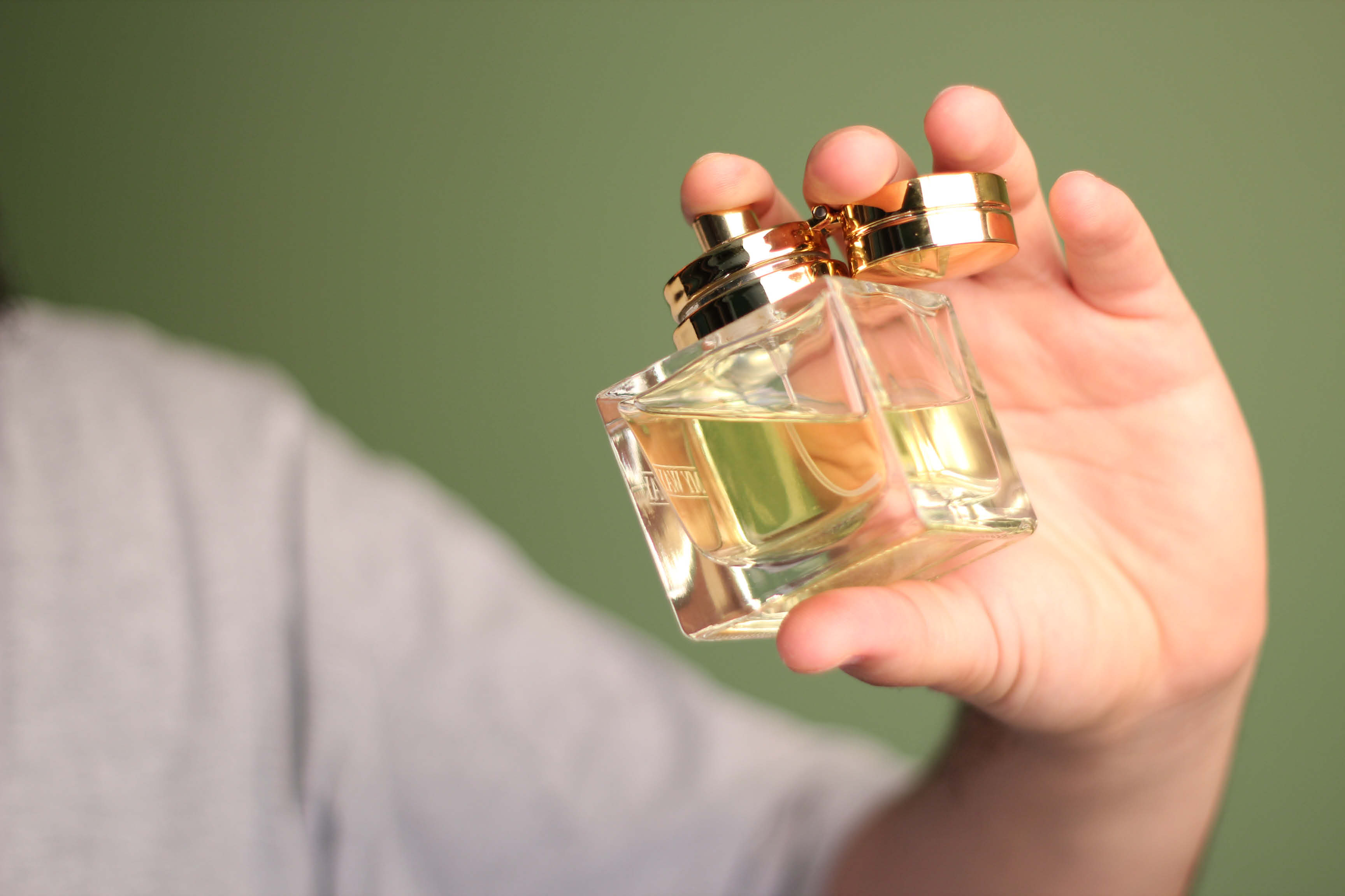 05_09_003-Using perfume.jpg