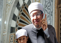 The-imam-pointing-with-his-finger-copy2.psd
