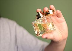 05_09_003-Using-perfume.jpg